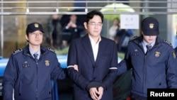 រូបភាពឯកសារ៖ ប្រធានក្រុមហ៊ូន Samsung នៅកូរ៉េខាងត្បូងលោក Jay Y. Lee បានមកដល់ការិយាល័យក្រុមប្រឹក្សាឯករាជ្យ ប្រទេសកូរ៉េខាងត្បូង កាលពីថ្ងៃទី២២ កុម្ភៈ ២០១៧។