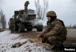 Ukrainian servicemen who fought in Debaltseve have set up new positions near Artemivsk, Feb. 19, 2015.