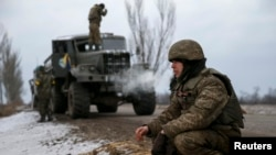 Ukrainian servicemen who fought in Debaltseve have set up new positions near Artemivsk, Feb. 19, 2015.