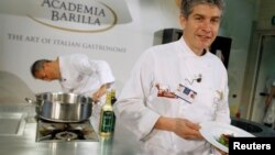 Koki Giorgio Nava dari Italy dengan kreasinya dalam final Kejuaraan Dunia Pasta di Parma (15/6). (Reuters/Alessandro Garofalo)