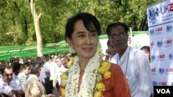 Aung San Suu Kyi disambut oleh para pendukungnya dalam kunjungannya ke daerah di Burma (31/1).