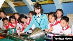 지난 7일 북한 과학기술전당을 방문한 조선소년단 대표들.