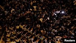 人大釋法引發港人在週日晚上於中聯辦外抗議