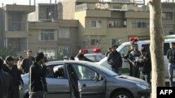Một trong những chiếc xe bị hư hại sau vụ đánh bom ở Tehran, ngày 29/11/2010