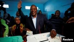 Presiden Kenya Uhuru Kenyatta memasukkan kartu suara di sebuah TPS di kampung halamannya, Gatundu, Kiambu, Kenya, Selasa (8/8).