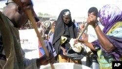 Préparation de rations alimentaires pour les victimes de la famine en Somalie.