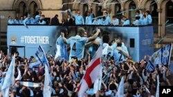 Klub Manchester City, saat merayakan juara Liga Premier dalam parade di Manchester tahun lalu (foto: dok).