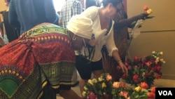 民众在枪击案无辜遇害者中弹倒地的地方献花。