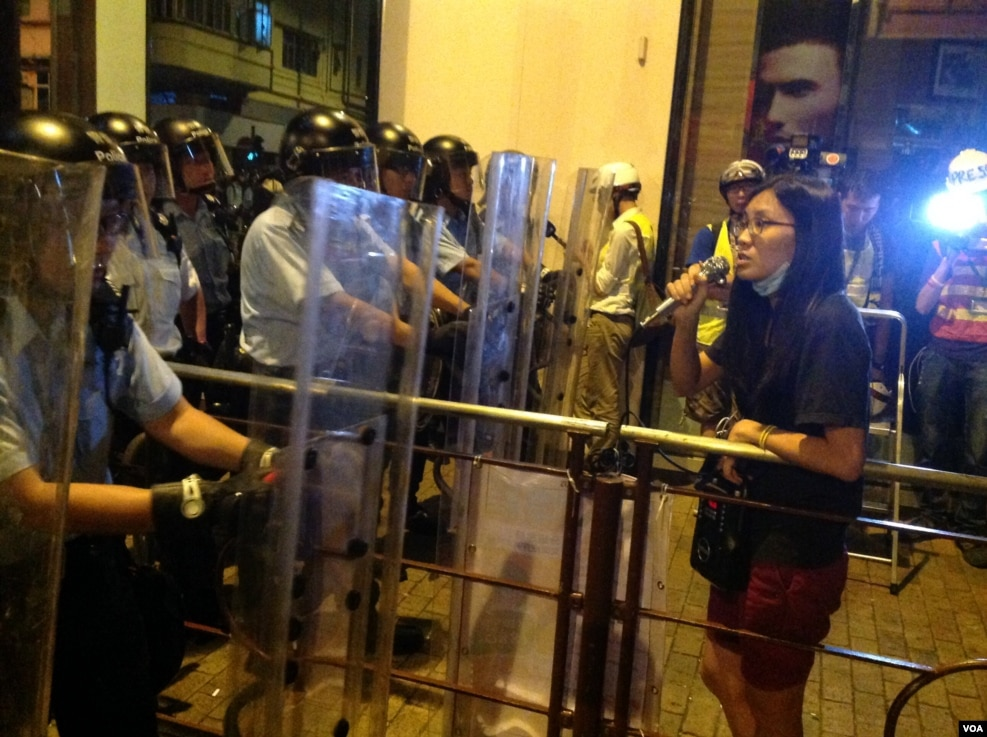但是,在警方推进到德辅道和正街路口时,一位约60岁的男人站在推进的警察前坚持不走,随着被警方拘捕,现场出现小乱,但很快平复。目前,警方推进阵营在正街附近暂停下来。