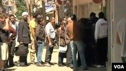 Para nasabah antri di sebuah bank di Nicosia, Siprus (28/3). Nasabah kemungkinan harus kehilangan sebagian besar uangnya akibat krisis perbankan di Siprus.