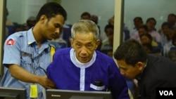 Kaing Guek Eav (Duch) hadir untuk memberi kesaksian terkait kejahatan perang di Phnom Penh, Kamboja (19/3).