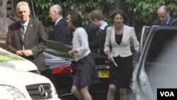 El príncipe Guillermo y la futura princesa, Kate Middleton, salen de la Abadía de Westminster, tras una visita final antes de la boda para ajustar detalles.