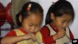 세계식량계획 구호 물자로 급식을 제공받은 북한 유치원 아동들 (자료사진)