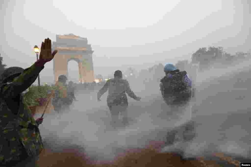مظاہرین کو منتشر کرنے کے لیے تیز تار پانی استعمال کیا گیا