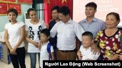 Chị Vũ Thị Hương (ngoài cùng, bên trái) và gia đình anh Phùng Giang Sơn chụp ảnh với hai cháu bé sau buổi trao nhận con 19/7/2018, dưới sự chứng kiến của các cơ quan chức năng.