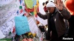 27일 만델라 전 대통령이 치료받고 있는 프리토리아의 한 병원 앞에서 주민들이 쾌유를 빌고 있다.