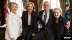 از راست، آلبرایت، پاول، «تئا لئونی» بازیگر نقش خانم وزیر و هیلاری کلینتون