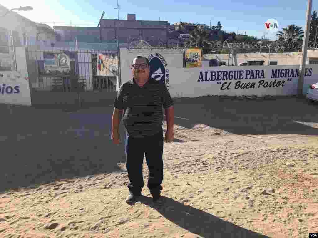 El pastor Juan Fierro abrió la puerta de su iglesia, Iglesia Metodista de México, para recibir a migrantes en busca de asilo mientras esperan por su turno para entrar por el puerto de entrada hacia EE.UU.Photo: Celia Mendoza - VOA.