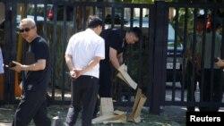 26일 중국 베이징의 미국 대사관 인근에서 폭발물 테러 사건이 발생한 후 경찰이 현장 조사를 하고 있다.