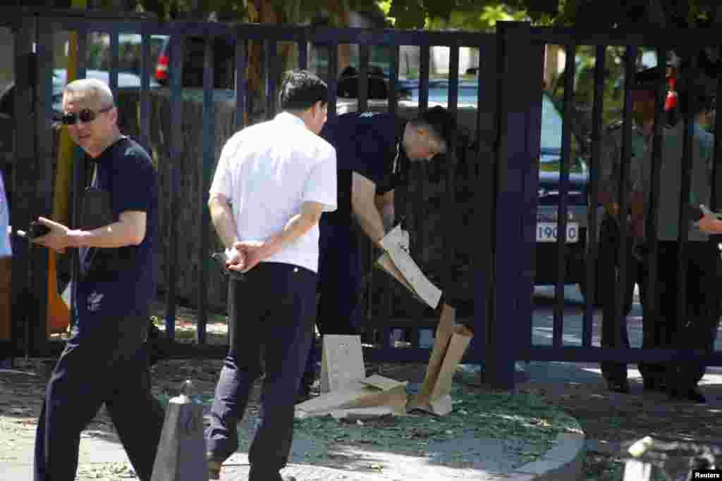 중국 베이징의 미국 대사관 인근에서 폭발물 테러 사건이 발생한 후 경찰이 현장 조사를 하고 있다. 테러 용의자는 중국 내몽골자치구 퉁랴오시 출신의 24세 남성으로 폭발물을 터트리다 손에 부상을 입은 것으로 알려졌다.