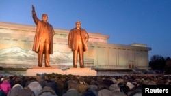 지난해 12월 북한 주민들이 평양 만수대에서 김일성과 김정은 동상에 절하고 있다. (자료사진)