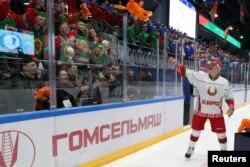 Президент Білорусі Александр Лукашенко під час любительського хокейного матчу, 4 квітня 2020 (Sergei Sheleg/BelTA/REUTERS)