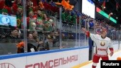 Фото: Олександр Лукашенко під час гри в хокей, 4 квітня 2020 року