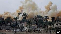 4일 이집트와 접경 지역인 가자지구 남부 라파 지역에 공습이 발생해 연기가 치솟고 있다.