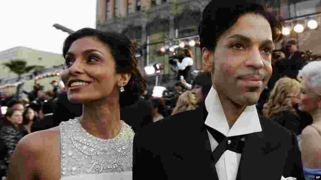 Prince, le roi de la pop, arrive avec sa femme Manuela Testolini à la cérémonie des 77e Oscars, à Los Angeles, 27 février 2005. (AP Photo / Kevork Djansezian