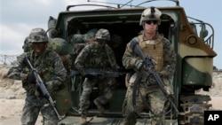 지난해 4월 한국 포항에서 실된된 미한합동 독수리훈련에 참가한 한국군과 주한 미군 병사들. (자료사진)