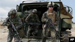 올해 4월 한국 포항에서 진행된 미한합동 독수리 훈련에 참가한 한국 군과 주한 미군 병사들. (자료사진)