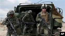 지난해 4월 한국군과 주한미군 병사들이 한국 포항에서 실시된 미-한 합동 독수리 훈련에 참가했다. (자료사진)