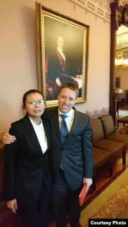 根据李明哲国际救援小组脸书,曾任华尔街日报驻北京特派员的博明表示,对中国人权恶化及遭关押者家属的心情感同身受,因为他自己也曾被迫在自白书上签名。白宫官员表示, 将全力协助她们的丈夫获释。(李明哲国际救援小组)