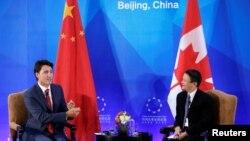30일 중국 베이징에 도착한 쥐스탱 트뤼도(왼쪽) 캐나다 총리가 중국 최대 전자상거래업체인 '알리바바' 창업자 잭 마 회장과 환담하고 있다.