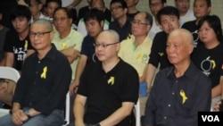 和平占中发起人陈健民、戴耀廷和朱耀明(左起)剃发明志坚定占中 (美国之音海彦拍摄)