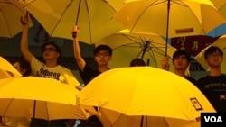 2014年10月28日黄之锋(左)和其他学生运动领袖