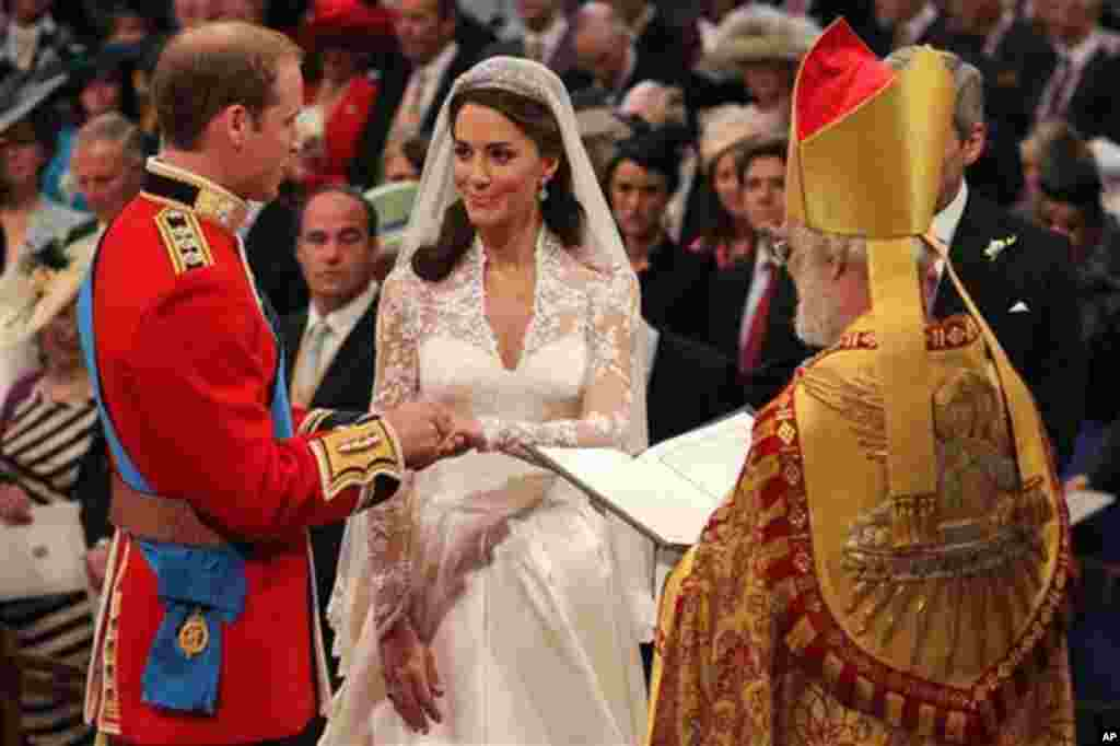 Размена на прстените, ветување за вечна љубов. (AP Photo/Dominic Lipinski, Pool)