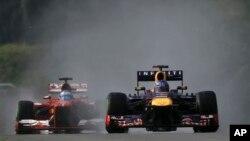 Pembalab Jerman Sebastian Vettel (kanan) melaju di depan Pembalap Spanyol Fernando Alonso dalam babak kualifikasi Formula One Grand Prix di Sepang, Malaysia (foto:dok).