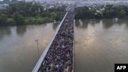 Vista aérea de la caravana de migrantes hondureños sobre el puente internacional en la frontera entre Guatemala y México, en Ciudad Hidalga, estado de Chiapas, en México el 20 de octubre del 2018.