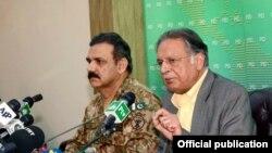 پاکستانی فوج کے ترجمان وفاقی وزیر اطلاعات کے ہمراہ پریس کانفرنس کر رہے ہیں