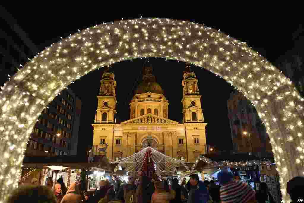 2017年12月22日,人们在布达佩斯最大的天主教教堂——布达佩斯第五区圣斯蒂芬大教堂前的圣诞市场寻找圣诞礼物。