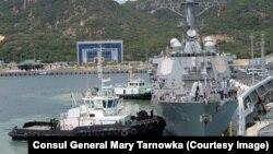 Tàu khu trục tên lửa dẫn đường USS John S. McCain tại cảng Cam Ranh.