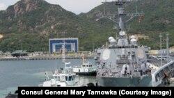 Tàu khu trục tên lửa dẫn đường USS John S. McCain cập cảng Cam Ranh.
