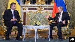 Presiden Rusia Vladimir Putin (kanan) dan Presiden Ukraina Viktor Yanukovych di Moskow, Selasa (17/12).