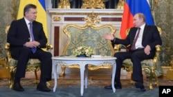 블라디미르 푸틴 러시아 대통령(오른쪽)과 빅토르 야누코비치 우크라이나 대통령이 17일 모스크바에서 경제 협력 확대에 합의했습니다.