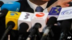 Des micros tendus par les médias lors d'une conférence de presse du ministre afghan des finances Hazrat Omar Zakhilwal à Kaboul, le 7 août 2012.