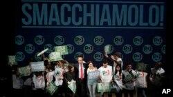 Lider umereno levičarske Demokratske partija Pjer Luiđi Bersani pozdravlja svoje sledbenike