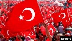埃尔多安的支持在伊斯坦布尔集会,挥舞国旗(2016年8月7日)
