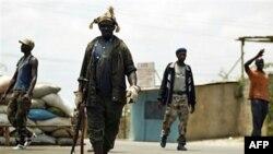 Các chiến binh chống ông Gbagbo dựng chướng ngại vật trên đường phố Abobo, một quận thuộc Abidjan