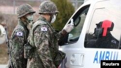 Lính Hàn Quốc đeo khẩu trang, kiểm soát cổng một căn cứ ở Daegu, 26/2/2020